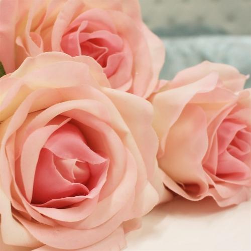 Роза искусственная бело-розовая 57 см (real touch) - Фото 3
