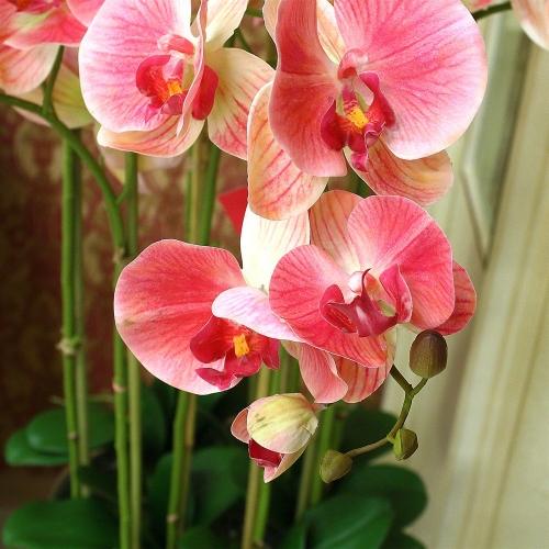 Композиция Орхидея Фаленопсис 9 веток искусственная светло-розовая в кашпо 135 см - Фото 3